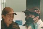 11月20日,有网友在机场拍到王俊凯偶遇张艺谋的画面。照片中,王俊凯穿着天蓝色运动服外套搭白色长裤,头戴棒球帽,口罩遮面,少年感十足。张艺谋一身黑色休闲装扮,也戴着棒球帽。