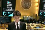 """11月21日,王源通过微博晒出一组参加联合国会议的照片,并配文称:""""在世界儿童日这天再来到联合国,有熟悉也有陌生。第一次用中文在联合国发言,内心澎湃非常。儿童的未来需要我们携手共创,我的脚步不会停下。"""""""