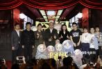 """11月22日,在第28届中国金鸡百花电影节期间,徐峥""""囧系列""""最新电影《囧妈》首次举行发布会,导演兼主演徐峥携妻子、演员陶虹亮相。发布会以""""我与妈妈二三事""""的主题脱口秀方式展开,现场舞台也被布置成一个处于火车内部的表演空间,呼应影片的喜剧风格,充满欢乐氛围。"""