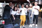 """11月22日下午,在第28届中国金鸡百花电影节期间,王宝强联合电影频道""""第32届中国电影金鸡奖5G全景直播""""的""""金鸡来敲门""""板块,现身厦门鼓浪屿。"""