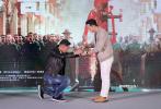 """11月27日,电影《叶问4》在京举行""""十年传奇,最后一战""""发布会,出品人于冬、总监制黄百鸣、主演甄子丹、吴樾、高战出席。甄子丹在发布会上表示,他希望《叶问4》是他的最后一部功夫片。"""