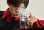 11月28日易烊千玺生日之际发布全新写真大片。大片中,易烊千玺身穿黑色毛线衣内搭应援色衬衫实力宠粉,风格简约。