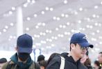 11月28日,吴京、张译现身北京机场。吴京一身黑色运动服运动服,头顶蓝色棒球帽,戴着酷酷的黑超墨镜,挎着包十分休闲;身旁的张译身穿军绿色大衣,口罩、帽子全副武装。二人在机场并肩同行,排队检票十分低调。