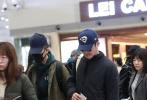 11月28日,吴京、张译现身北京机场。吴京一身黑色运动服,头顶蓝色棒球帽,戴着酷酷的黑超墨镜,挎着包十分休闲;身旁的张译身穿军绿色大衣,口罩、帽子全副武装。二人在机场并肩同行,排队检票十分低调。