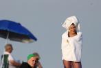 當地時間11月27日,美國邁阿密,海莉·比伯現身海邊拍攝大片,身穿性感比基尼,系著腰鏈魅力十足。海莉演繹多套泳衣,在海邊凹造型擺拍,身穿藍色比基尼跪在海邊,撩動未濕金發荷爾蒙爆棚。