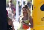 当地时间11月27日,美国迈阿密,海莉·比伯现身海边拍摄大片,身穿性感比基尼,系着腰链魅力十足。海莉演绎多套泳衣,在海边凹造型摆拍,身穿蓝色比基尼跪在海边,撩动未湿金发荷尔蒙爆棚。