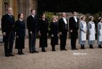 """根据大热英剧创作的电影《唐顿庄园》将于12月13日登陆内地银幕。11月28日,影片发布""""唐顿危机""""片段,皇室随从来势汹汹,趾高气扬,准备接管国王王后到访唐顿后的全部事宜,这让唐顿家仆们的自尊与骄傲遭到前所未有的威胁。一面是皇室权力,另一面是庄园尊严,究竟该如何抉择?"""