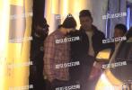 11月27日,有八卦媒体拍到陈伟霆、张继科和辰亦儒等相继离开《追我吧》剧组的画面。画面中,全副武装的陈伟霆、辰亦儒等在工作人员的簇拥下乘保姆车准备离开拍摄场地。