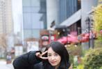 近日,由宋茜主演电视剧《他其实没有那么爱你》在上海顺利杀青。杀青宴上宋茜手捧花束,笑容灿烂阳光,黑色羽绒服也抵挡不住轻松好心情,和现场粉丝亲切互动,微笑合影亲和力十足。