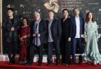 12月1日晚,第二届海南岛国际电影节在三亚开幕。开幕式上,由法国演员伊莎贝尔•于佩尔担任主席的评委会集体亮相。黄建新、杨幂、赵雅芝等电影人分别公布了入围首届金椰奖的影片。
