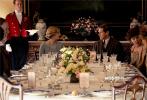 """12月2日,電影版《唐頓莊園》曝光一支""""晚宴指南""""特輯。特輯中國王和王后即將蒞臨,為了這頓最高規格的皇室晚宴,莊園上上下下進入""""緊急戒備""""狀態。他們是否能完成這項榮耀又艱難的""""任務""""?他們又將經歷怎樣的考驗?12月13日,電影《唐頓莊園》將在全國上映。"""