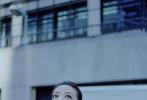 12月3日,赵薇出席品牌活动曝光一组时尚街拍。赵薇演绎百变英伦元素造型,高束丸子头清爽干练;身穿羊毛量裁外套,格纹拼接元素点缀造型,率性优雅;搭配航海印花丝质衬衫及半裙,肩背信封式手拿包,漫步街头,自在洒脱。