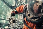 """12月4日,由布拉德·皮特领衔主演的好莱坞科幻灾难冒险巨制《星际探索》宣布提档,将于12月5日18点抢先登陆全国院线。该片被英国著名电影杂志《视与听》(Sight & Sound)收入2019年50部最佳电影片单,网友纷纷表示岁末补课清单出炉,""""片单存下来,一部一部看""""。另外,最近影片还发布了终极预告和海报,瑰丽酷炫的太空历险吊足网友胃口。"""