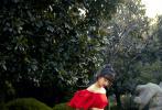 12月3日,宋茜身穿斜纹软呢抹胸裙,亮相时尚活动红毯。一席经典黑白格纹裙复古典雅,别致抹胸设计展现精致肩颈线条,演绎专属法式复古风情。