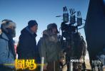 """12月5日,由徐峥导演并主演的""""囧系列""""最新力作《囧妈》发布贾冰、郭京飞人物海报。海报中,列车员""""贾斯基""""与神秘身份的""""郭斯基""""表情动作逗趣,喜剧氛围尤为突出。"""