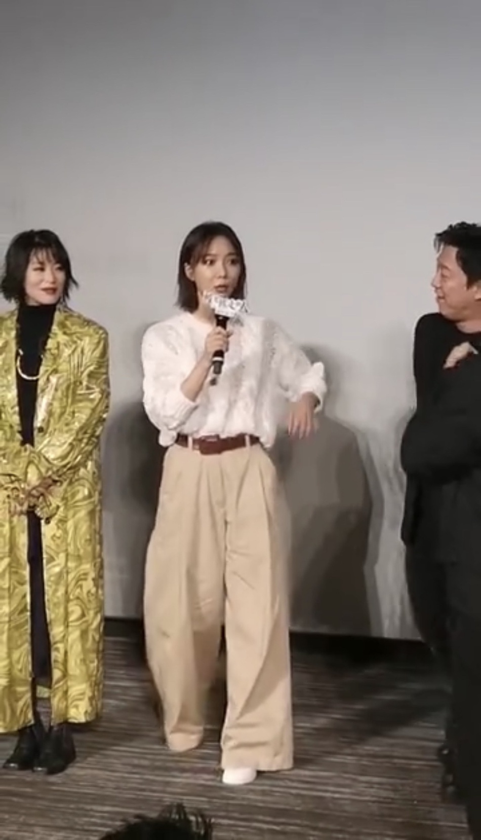 王珞丹新片首映会遇疯狂粉丝示爱 被吓得面色乌青