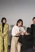 王珞丹新片首映会遇疯狂粉丝示爱 被吓得面色铁青