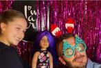 """12月9日,""""宠娃狂魔""""贝克汉姆通过社交账号晒出带儿女夜逛游乐园的温馨照片,提前感受圣诞的氛围。"""