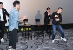 12月8日,《父子拳王》在三亚举办首映礼,导演兼主演于荣光、编剧钟沐轩、主演郑人硕、刘俊孝、常戎亮相映后见面,与观众们近距离接触。而当观众问到是否想将影片打造成中国版的《摔跤吧!爸爸》时,于荣光和编剧表示只想做出属于自己的故事,表达出藏于我们心中的感动。