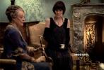 """12月9日,电影版《唐顿庄园》发布""""唐顿恩怨""""片段,即将随王后到来的侍女莫德·巴格肖引发唐顿""""小骚动"""",让沉稳的老伯爵夫人开启""""备战""""模式。该片根据全球热播英剧《唐顿庄园》创作而成,将于12月13日登陆国内影院。来者究竟与唐顿庄园有怎样的纠葛?她的到来又将使唐顿面临什么挑战?谜底即将在12月13日揭晓。"""
