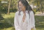 12月10日,倪妮登《悦游》开年封时尚大片发布。大片中,倪妮身穿简约的白色衬衫内搭白色连体泳衣,悠然自在地漫步在马来西亚槟城海滩。