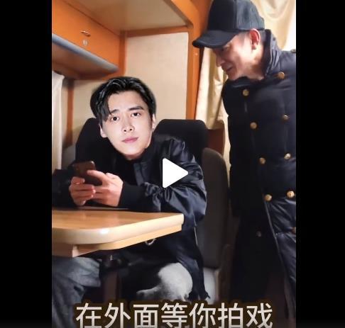 """会玩!李易峰和肖央""""换脸"""" 与偶像刘德华同框"""