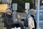 美国当地时间12月9日,刚生完二胎没几天的安妮·海瑟薇现身康涅狄格州公园散步。3岁的儿子和丈夫亚当·舒尔曼陪在身边。亚当的手中还提着婴儿提篮,有媒体猜测二胎小宝宝应该在提篮中,不过暂时不知道是男孩还是女孩。