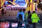 12月12日,有网友在微博上曝光了一段高以翔抢救现场的视频。视频中,许多人围在高以翔身边,除了一同录制的艺人外,还有身穿黄色衣服的工作人员正在对高以翔实施心肺复苏。