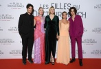 """当地时间12月12日,法国,电影《小妇人》在巴黎举行首映礼。电影导演格蕾塔·葛韦格,主演""""甜茶""""蒂莫西·柴勒梅德、西尔莎·罗南、弗洛伦斯·皮尤等出席活动。"""