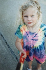 霉霉30岁生日晒童年照 穿彩虹裙金色卷发似洋娃娃