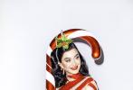 """12月16日,""""水果姐""""凯蒂·佩里曝光了一张圣诞写真。照片中,她身穿红色摸胸短讯,发量惊人的金色卷发洋溢着浓浓的复古风情,带着金色的麋鹿发饰又添俏皮可爱,反光丝袜时尚亮眼,低垂眼眸的正在装饰面前的圣诞树。据悉,这张美照出自水果姐新单MV拍摄花絮。"""