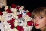 """12月15日,""""霉霉""""泰勒·斯威夫特在个人社交账号上晒出过生日与朋友聚会的照片,身为猫奴的她,还收到以猫咪为设计的蛋糕。布满红白玫瑰的蛋糕上,隐藏着三只立体又逼真的猫头,十分有新意。"""
