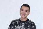 12月15日,电影《南方车站的聚会》在北京举行路演,导演刁亦男携主演胡歌、黄觉亮相,令人眼前一亮的当属以寸头造型现身的胡歌。