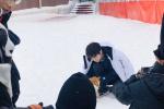 網友滑雪場偶遇王俊凱拍攝 披羽絨服雪地里擼柴犬