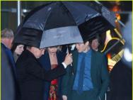 民政局快搬来!霉霉新片首映礼后 与男友雨中牵手