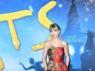 美哭了!泰勒·斯威夫特华美红裙亮相《猫》首映礼