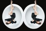 12月18日,赵薇曝光了一组时尚写真。一袭黑色短裙,点缀亮眼水钻,飒美多姿;简约优雅的赵薇置身于白色圆形浴缸内,黑白搭配大片视觉冲击感十足,古典浪漫与现代感融合,展示独特魅力。