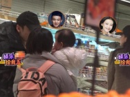 董子健孙怡带2岁女儿大福逛超市 一家三口超温馨