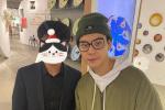 陈伟霆与路人家居店合影 素颜戴眼镜造型简约帅气