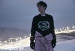 12月23日,王俊凱登封《ELLEMEN新青年》2020開年封封面發片發布。封面照中,飄落的雪花落在王俊凱卷翹的睫毛上,懷抱著柴犬,溫柔的眸光眺望遠方,恬靜的笑顏,他如融化冬雪的暖陽,溫暖皎潔,燦爛熱烈。