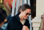 当地时间12月22日,美国洛杉矶,好莱坞著名影星安吉丽娜·朱莉和两个女儿现身街头,为即将到来的圣诞节采购。当天,安吉丽娜·朱莉一身OL风格的休闲装扮,包臀黑裙搭白色衬衫,外搭针织外套,黑超遮面。如此平易近人的装扮,也是气质脱俗,气场强大。