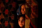 """12月25日,由格蕾塔·葛韋格改編并執導的電影《小婦人》正式登陸北美院線,掀起了歡樂與感動交織的溫暖風暴。與此同時,該片曝光了""""口碑炙熱""""版預告,勞拉·鄧恩攜西爾莎·羅南、伊萊扎·斯坎倫、佛羅倫斯·珀齊亮相,為影迷送上祝福。預告中,""""馬奇姐妹花""""獲馬奇太太親口認證""""調皮搗蛋"""",她們打成一片、女扮男裝、舞會嬉戲,儼然就是一幫人見人愛的""""機靈鬼""""!"""