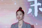 """12月28日,电影《亲爱的新年好》在北京举行了""""致每一个珍贵的你""""首映礼,监制兼编剧丁丁张、导演彭宥纶携主演白百何、张子枫、许娣以及全体主创惊喜亮相。""""暖男""""魏大勋还带着自己父母一同出席了当天的活动。"""