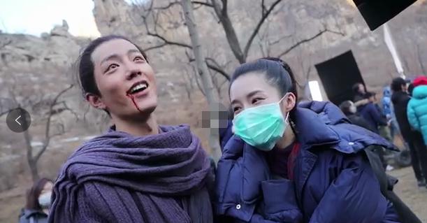 """肖战搂李沁脖子显亲昵 被对方称为""""妇女之友"""""""