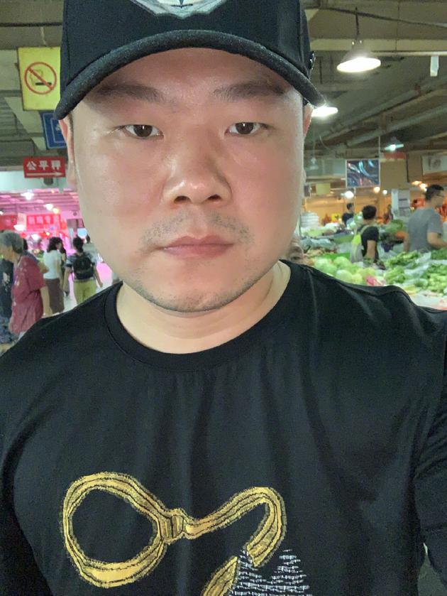 岳云鹏与粉丝合影被说丑 网友:你说什么呢大帅哥