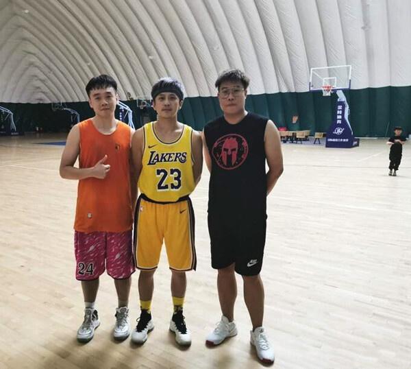 邓超和撒贝宁打篮球被偶遇,邓超的表情太抢眼了!