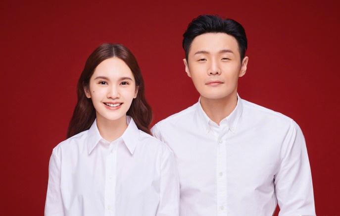 李荣浩杨丞琳晒结婚照官宣喜讯:祝福我们收到了