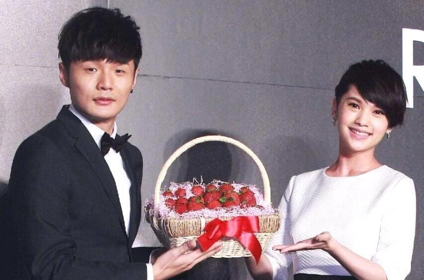 杨丞琳与李荣浩结婚证件照曝光,夫妇二人笑容灿烂