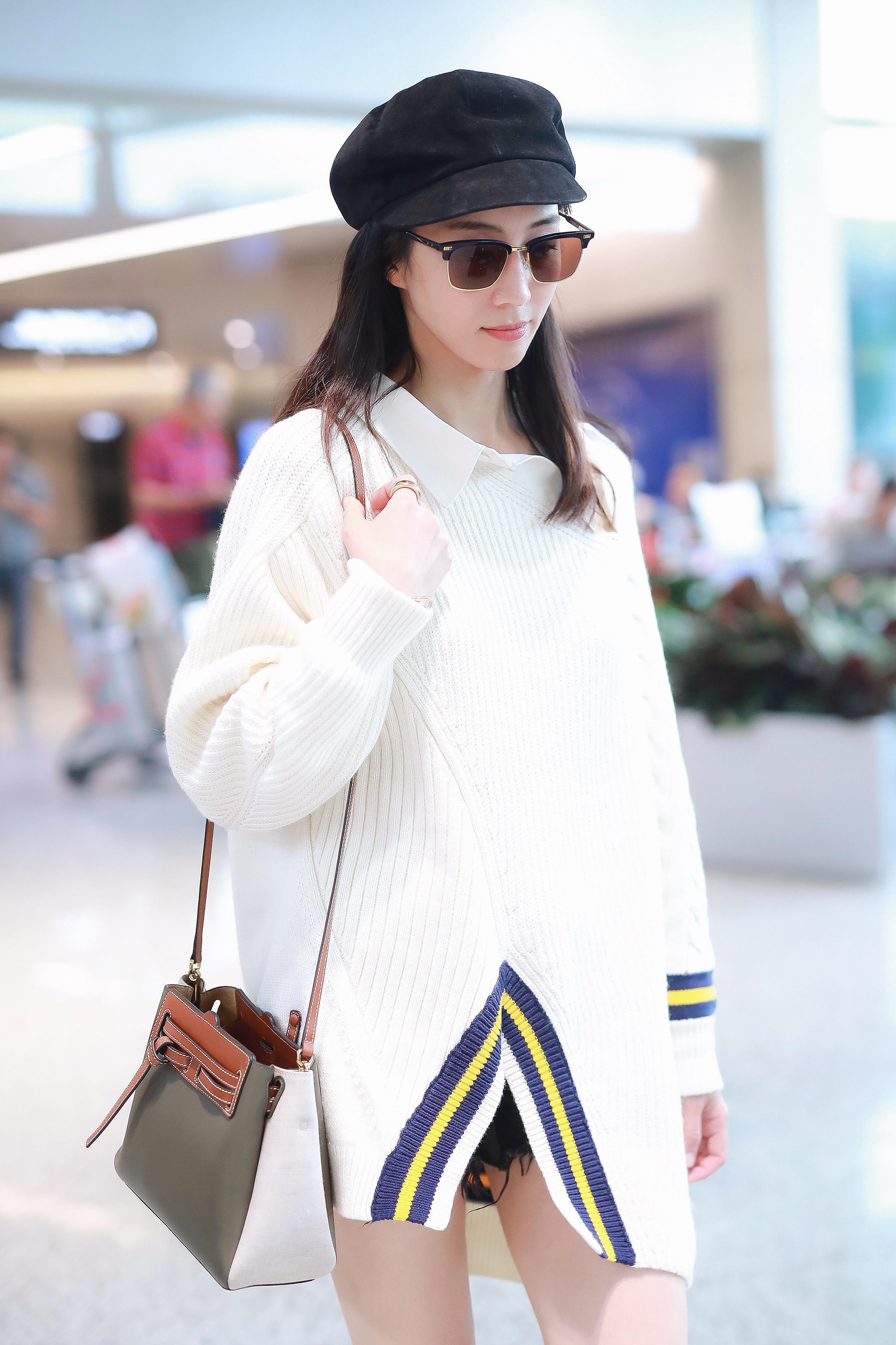 张钧甯现身上海机场 白色毛衣带来初秋精致时尚