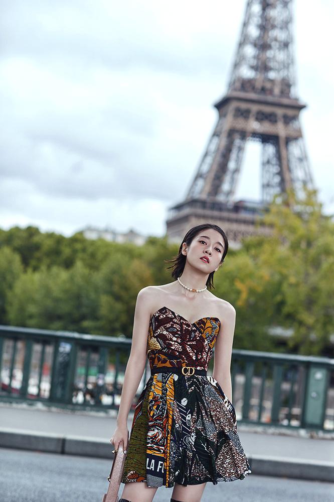 张雪迎受邀出席巴黎时装周看秀 演绎优雅率性魅力